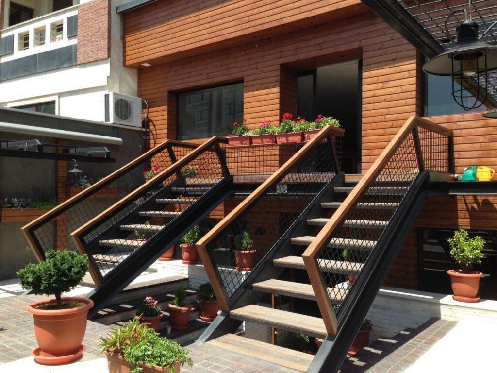پله فلزی حیاط خانه ویلایی